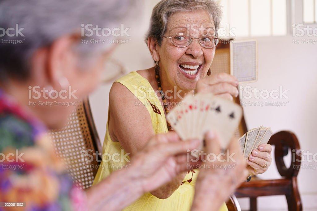 Antigo jogo de cartas mulheres brincar em casa de apoio a pacientes terminais - foto de acervo