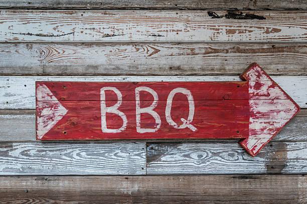 old wood arrow bbq sign - sur fotografías e imágenes de stock