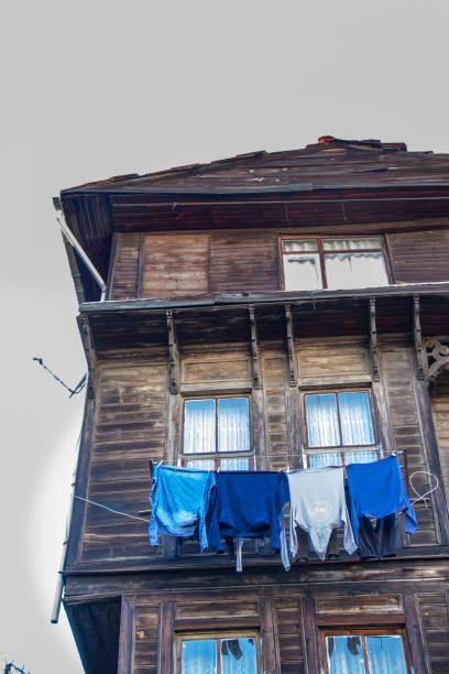eski ahşap bina - serpilguler stok fotoğraflar ve resimler