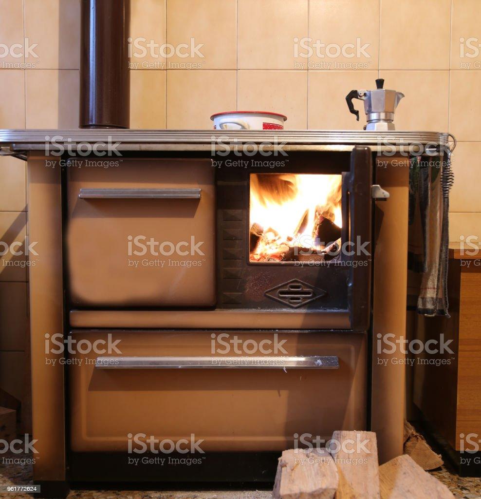 Poele A Bois Maison photo libre de droit de poêle a bois ancien dans une cuisine