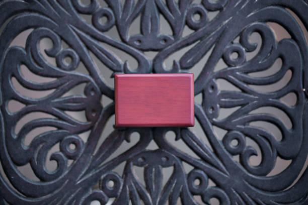 alte holz-brust-schmuck-box geschlossen. kleine miniatur jahrgang für die aufbewahrung von schmuck wie ringe, halskette und ohrringe. - schlüssel dekorationen stock-fotos und bilder