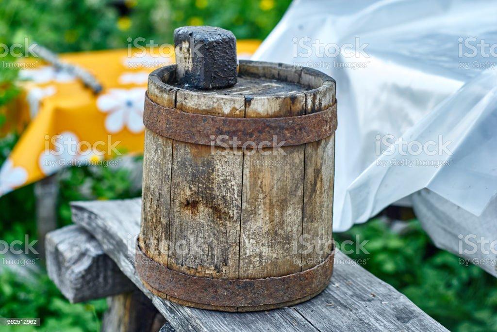 Antigo barril de madeira para óleo combustível - Foto de stock de Alcatrão royalty-free