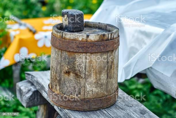 Foto de Antigo Barril De Madeira Para Óleo Combustível e mais fotos de stock de Alcatrão
