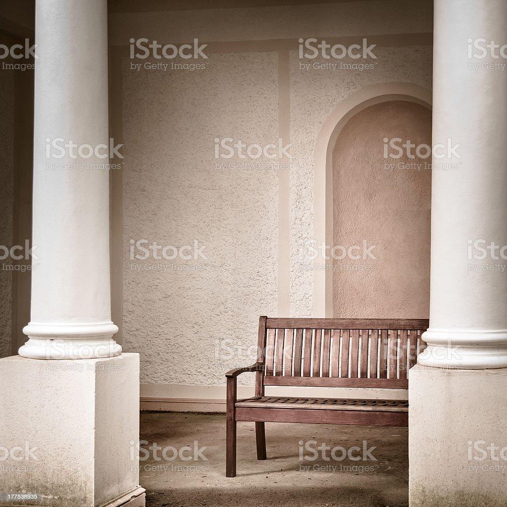 Alten hölzernen Tisch mit Säulen Lizenzfreies stock-foto