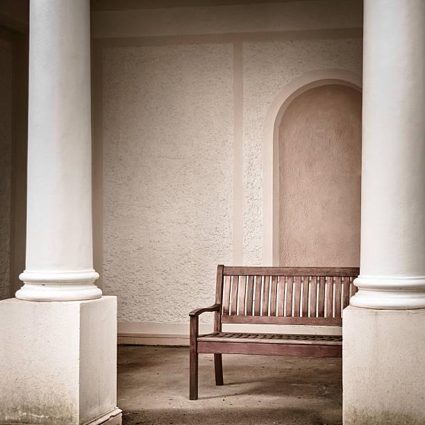 Alten hölzernen Tisch mit Säulen – Foto