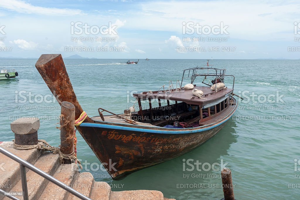 Old wooden boat anchored at Ao Nammao pier Lizenzfreies stock-foto