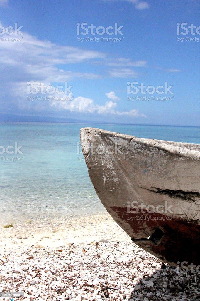 Velho barco de madeira no Haiti - foto de acervo