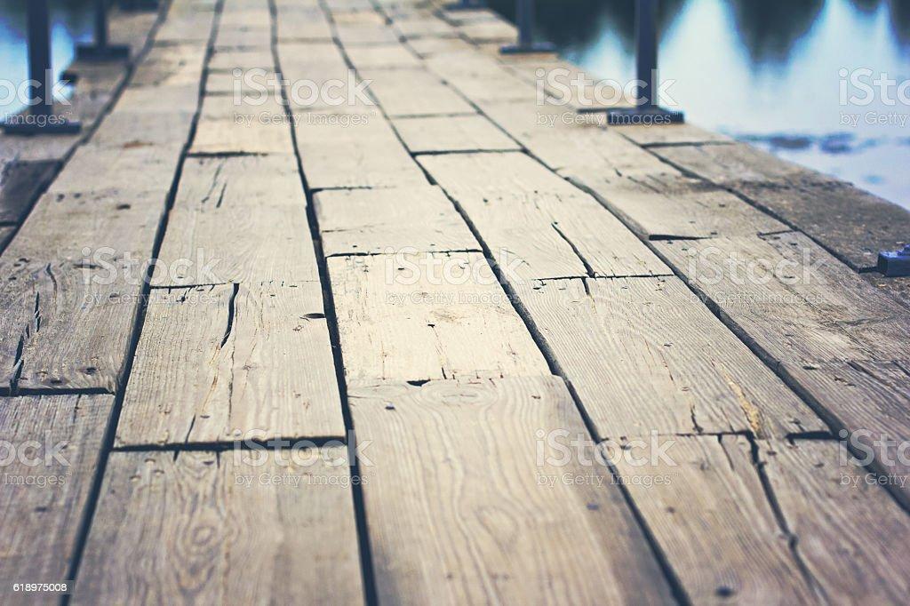 A velha ponte de madeira  - foto de acervo