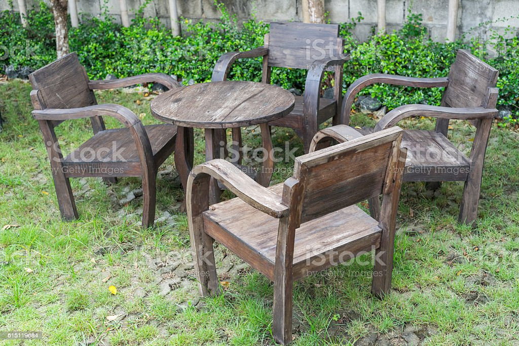 Old Wooden Chairs And Round Table In Small Garden Stockfoto Und
