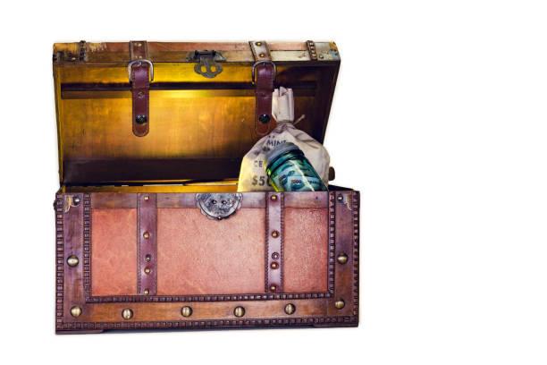 alte holzkiste mit geld - piratenzimmer themen stock-fotos und bilder