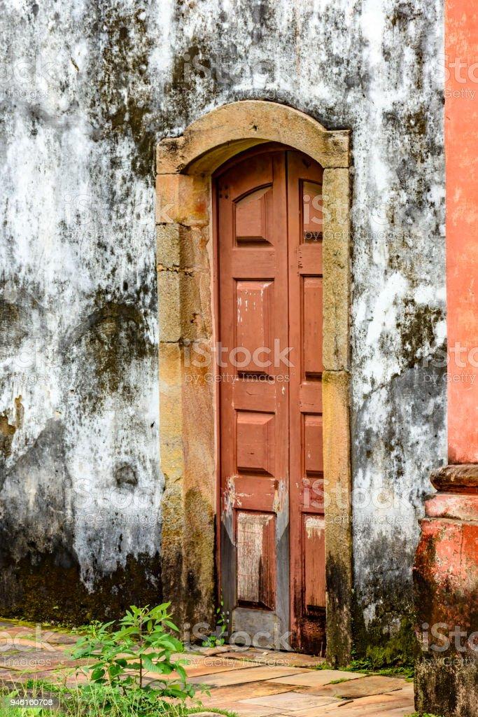 Puerta Con Marco De Piedra De La Iglesia De Vieja Madera ...