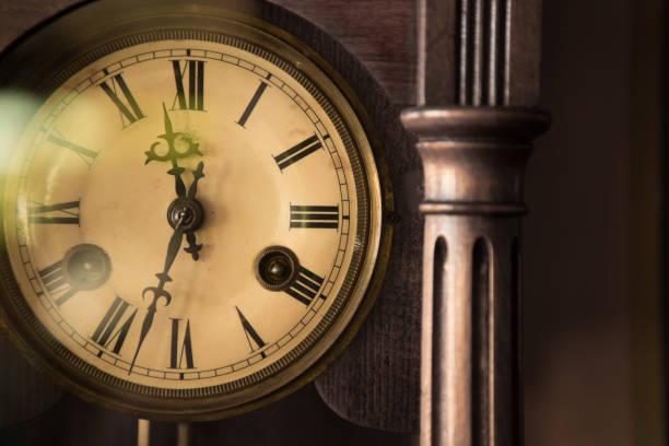 reloj de madera antiguo - wall clock fotografías e imágenes de stock