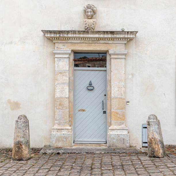 alte geschlossene holztür im luxushaus - französisches haus dekor stock-fotos und bilder