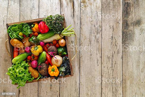 Alte Holz Kiste Voller Frische Marktsalat Gemüse Stockfoto und mehr Bilder von Bildhintergrund