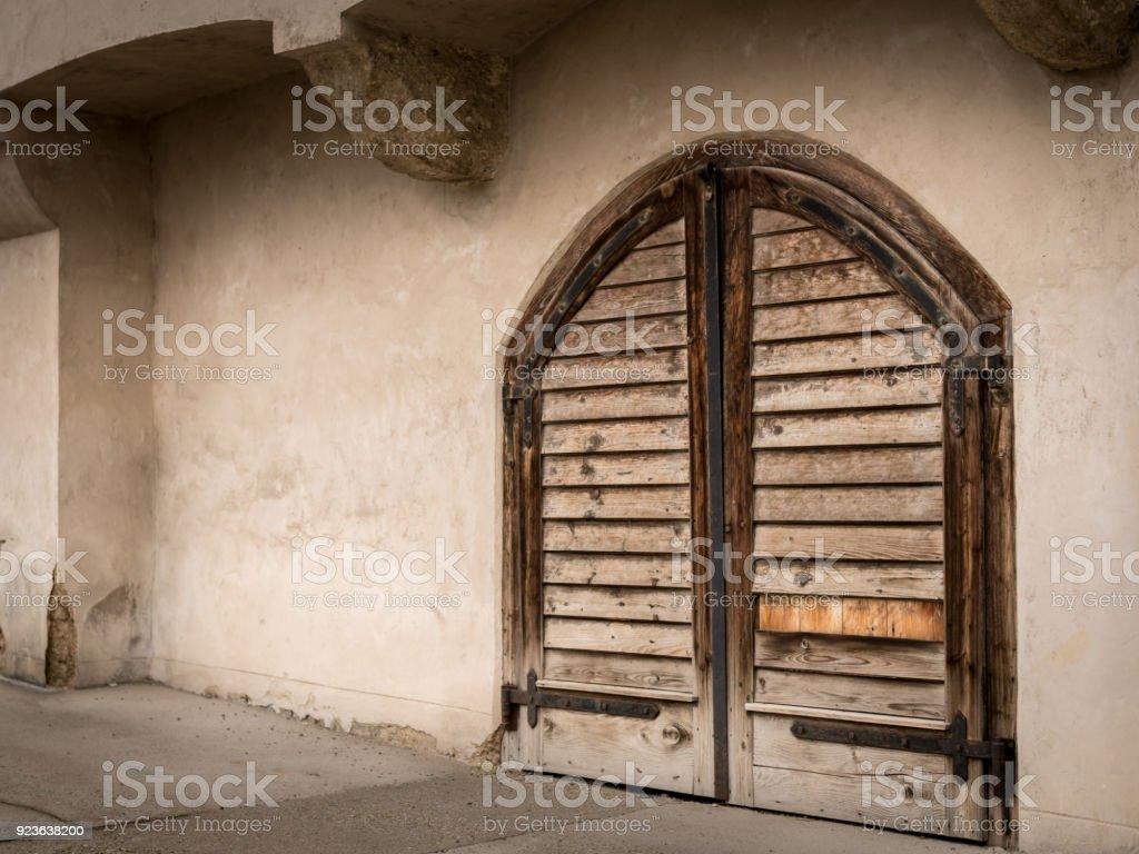 Vieille Porte En Bois Ancienne photo libre de droit de vieille porte en bois dune ancienne cave À vin  banque d'images et plus d'images libres de droit de {top keyword}