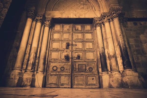 Alte Holztür des Eingangs zur Grabeskirche, auch die Auferstehungskirche oder Kirche der Anastasis, in der Altstadt von Jerusalem genannt – Foto