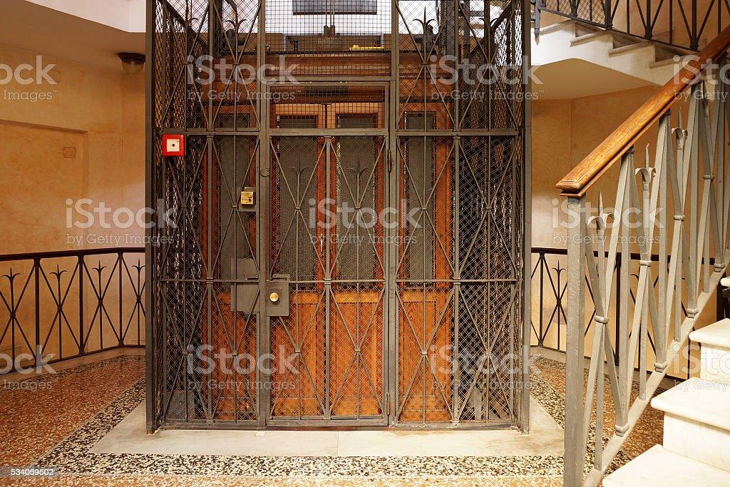 Antiguo de madera ascensor en un eje metálico - foto de stock