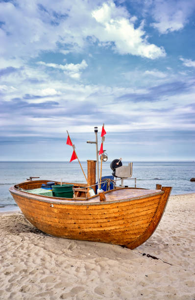 altes hölzernes fischerboot an der ostsee in binz. insel rügen, deutschland - wellness ostsee stock-fotos und bilder