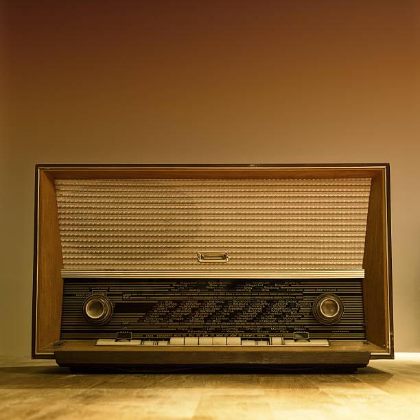 Alte hölzerne FM Uhr Radio mit runder anpassen Knöpfe – Foto
