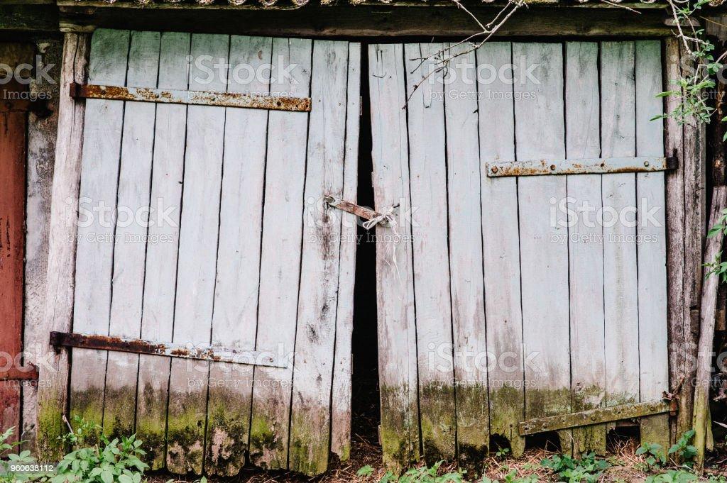 Agreable Anciennes Portes De Garage En Bois. Couverts De Mousse. Cassé. Fermé Les  Charnières
