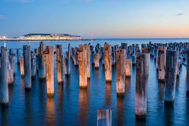 Pylônes en bois vieux de historique Princes jetée à Port Melbourne - Photo