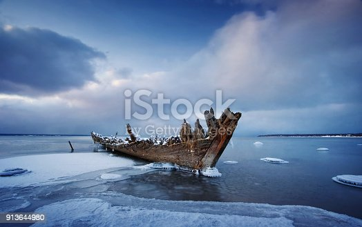 istock Old wooden shipwreck 913644980