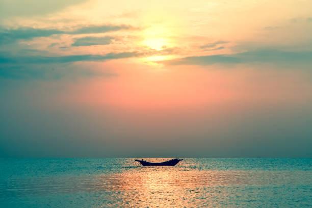 alte kleine holzboote im meer bei sonnenuntergang. - segelhandschuhe stock-fotos und bilder