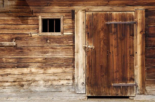 Alte hölzerne stabile Tür – Foto