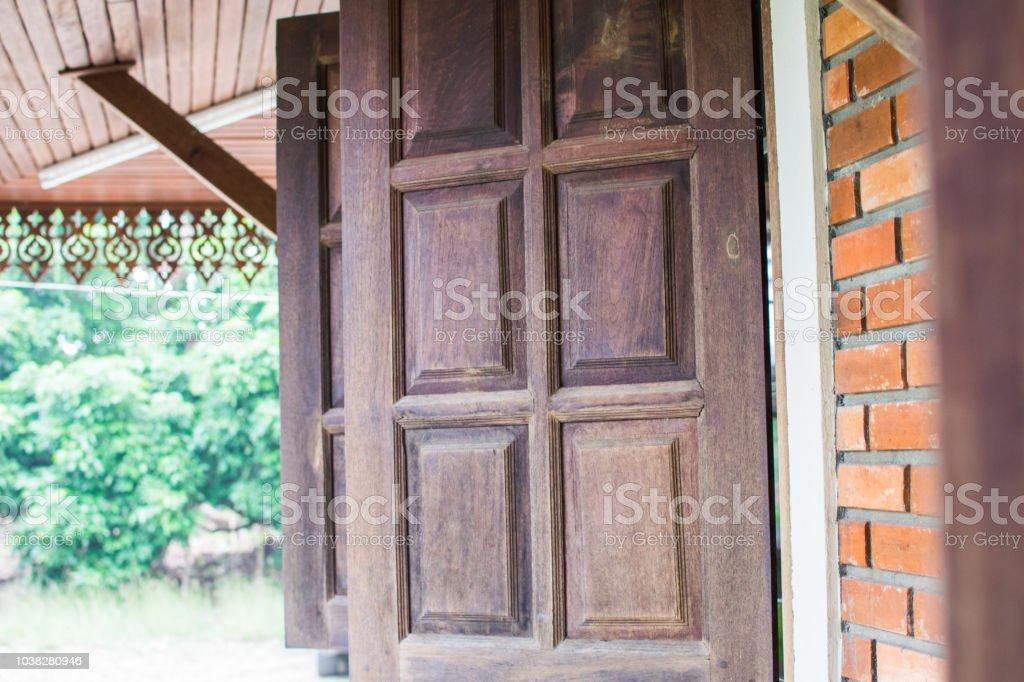 Janela de madeira velha da casa. - foto de acervo