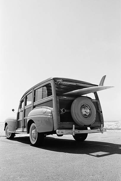 old woodie kombi mit surfbrett - kombi stock-fotos und bilder