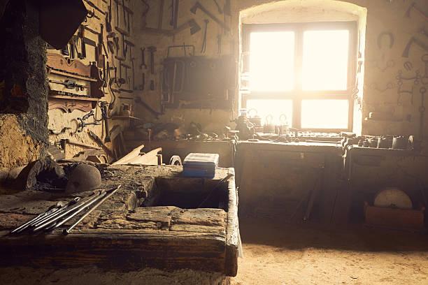 old-workshop - werkzeugbank stock-fotos und bilder