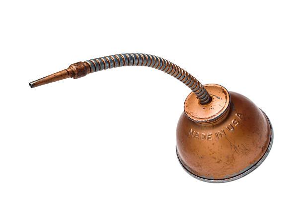 Old utilizar dispensador con aceite de cobre flexible de cuello sobre blanco - foto de stock