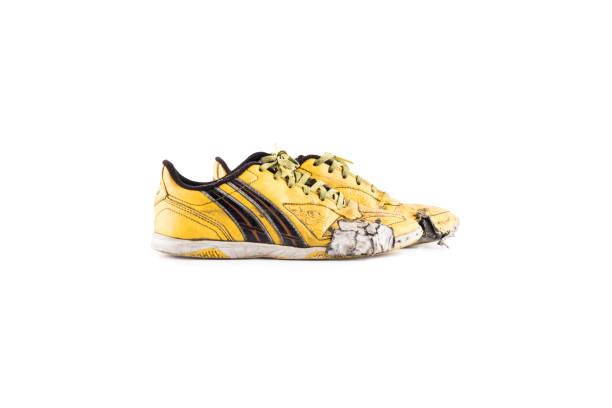 Alte abgenutzte schmutzige gelbe Futsal Sportschuhe auf weißem Hintergrund Fußball Sportartikel Objekt isoliert – Foto
