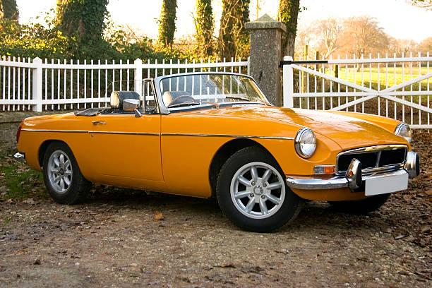 alte gelb 70er jahren klassische britische sportwagen - alten muscle cars stock-fotos und bilder