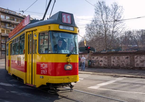 antiguo tranvía amarillo y rojo en las calles de belgrado - antigua yugoslavia fotografías e imágenes de stock
