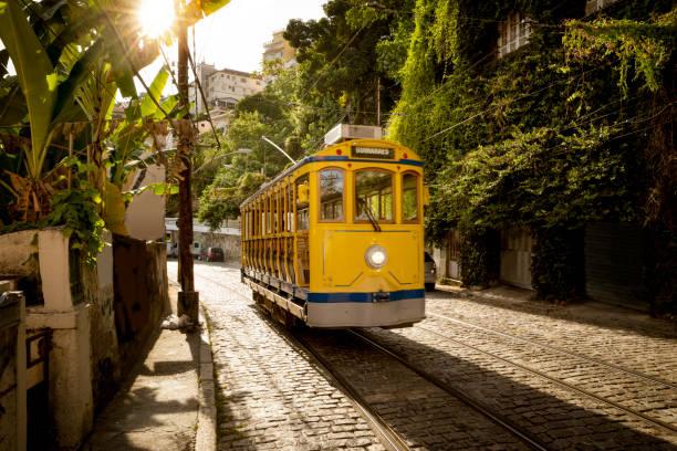 alten gelben straßenbahn im stadtteil santa teresa in rio de janeiro, brasilien - rio de janeiro stock-fotos und bilder