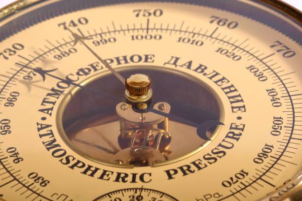 gamla gulbrun aneroidbarometer i trä kropp närbild - barometer bildbanksfoton och bilder