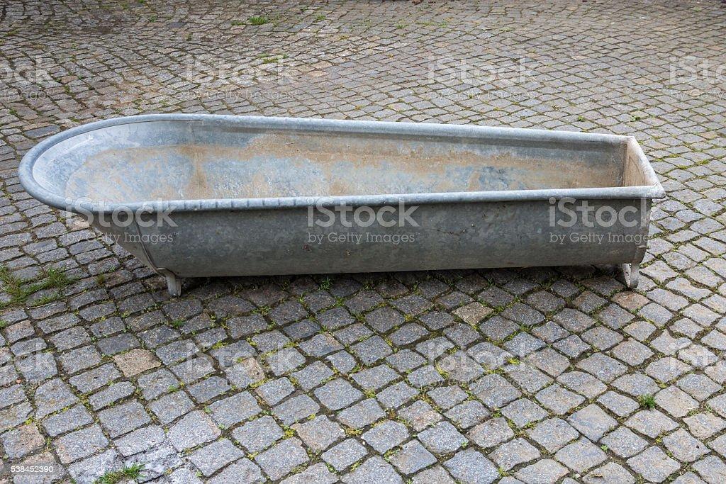 Vasca Da Bagno Di Zinco : Vecchia vasca da bagno in cortile lastricato di zinco fotografie
