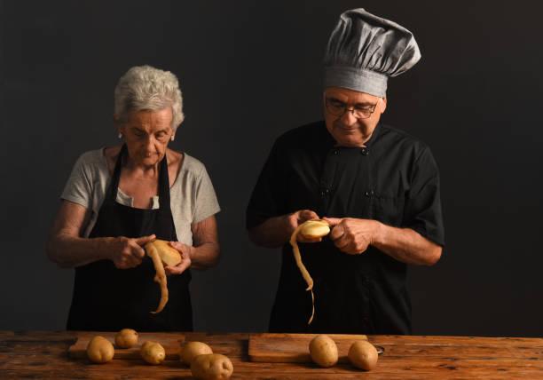 älteres ehepaar kocht - peeling zu hause machen stock-fotos und bilder