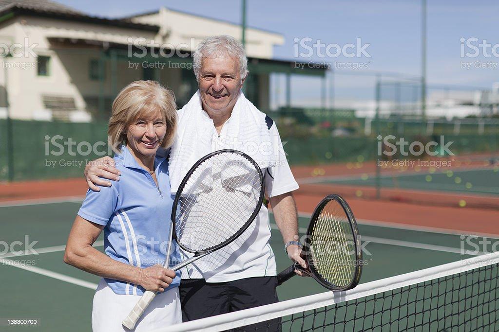 Älteres Paar umarmen auf den Tennisplatz – Foto