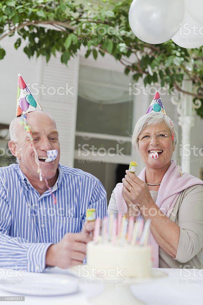 Älteres Paar Lachen bei Geburtstagsfeier – Foto