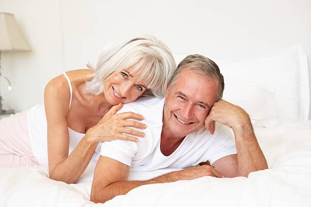 Зрелые мужики и молобенькие девки порно фото