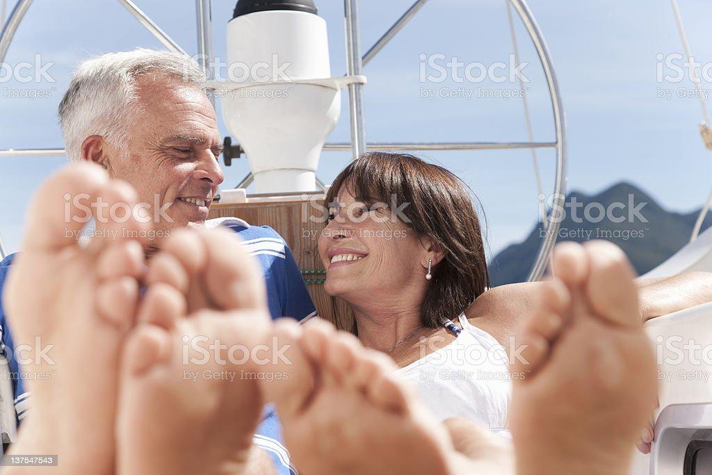 Älteres Paar entspannenden auf Segelboot – Foto