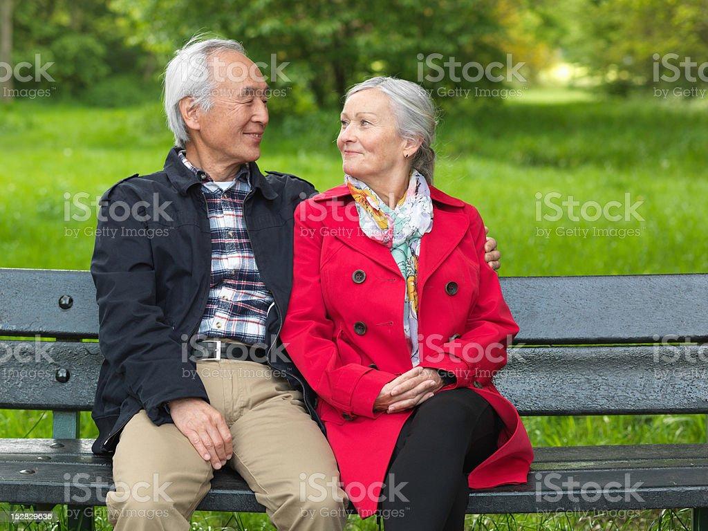 Ältere Paar sitzt auf park bench – Foto