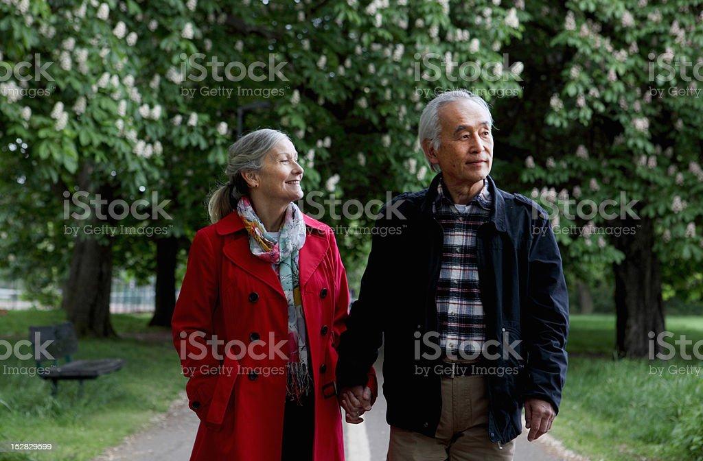 Mais Casal caminhando no parque - foto de acervo