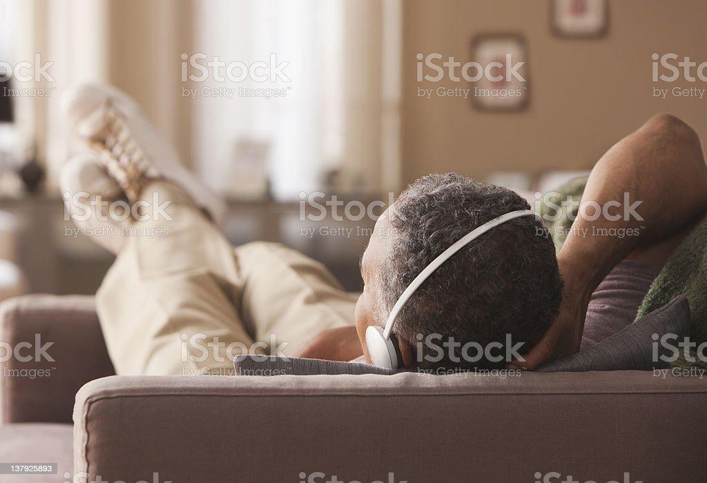 Ältere Mann Leg dich auf Sofa mit Kopfhörer – Foto