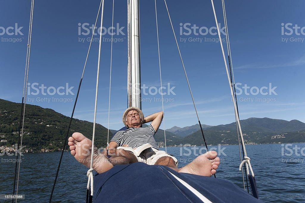 Älterer Mann entspannend auf Segelboot – Foto
