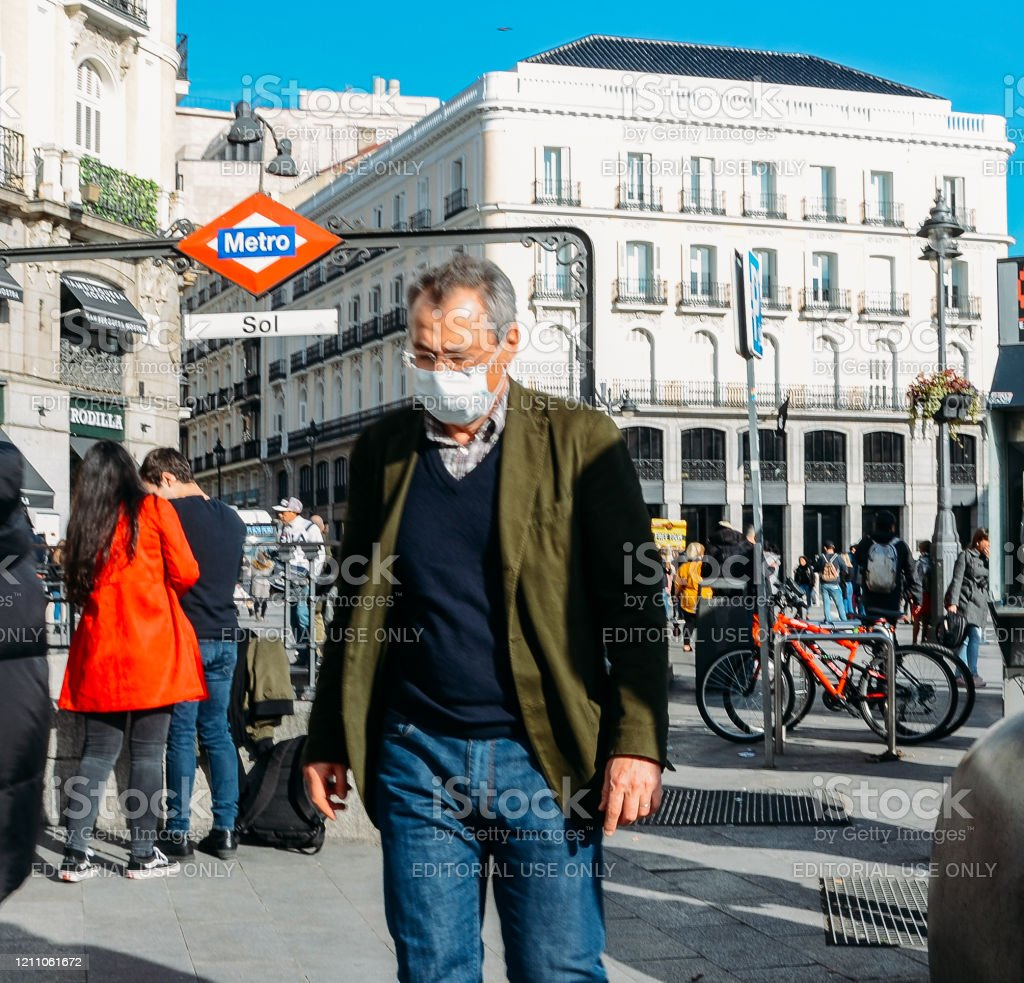 Hombre mayor con máscara facial en la Puerta del Sol en Madrid, España - Foto de stock de 2020 libre de derechos