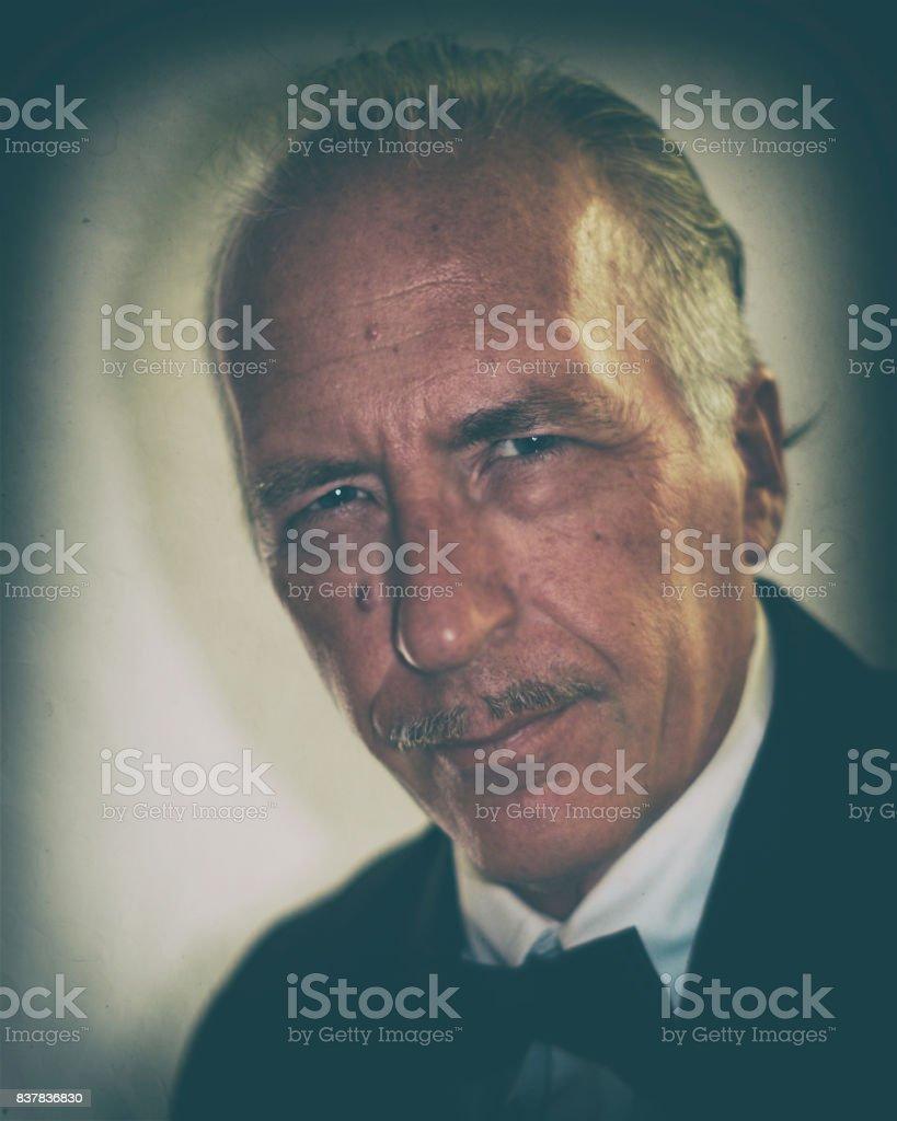 homem mais velho com cor vintage de bigode - foto de acervo