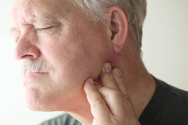más hombre con dolor en la mandíbula - mandibula fotografías e imágenes de stock